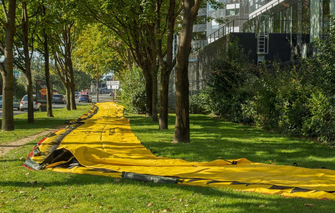 Dispositif de protection anti inondation mobile Water-Gate déployé sur de l'herbe